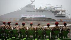 Ceremonia przyjęcia do służby okrętu patrolowego Shahid Nazeri. Na pokładzie stary amerykański śmigłowiec Bell 206 lub jego lokalna kopia