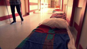 Brak łóżek, materace na korytarzach. Jak wyglądają polskie szpitale psychiatryczne?