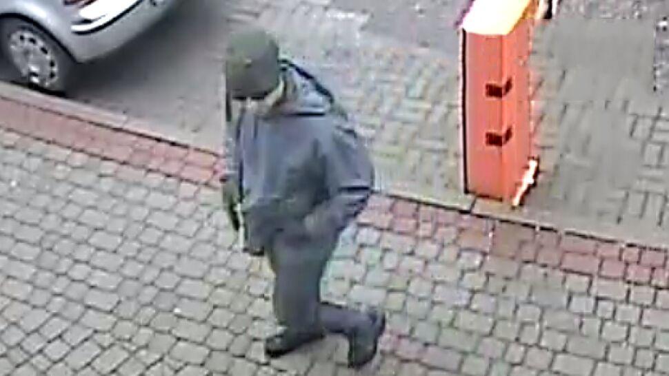 Napadł z bronią na pocztę. Policja pyta, kto nagrał tego mężczyznę na ulicy