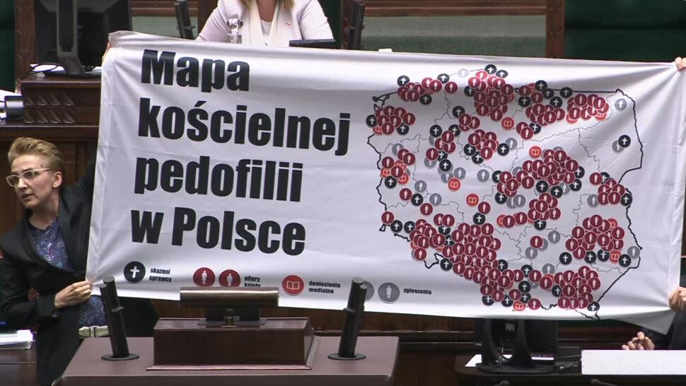 """""""Mapa kościelnej pedofilii w Polsce""""  na sejmowej mównicy. """"Spójrzcie na to!"""""""