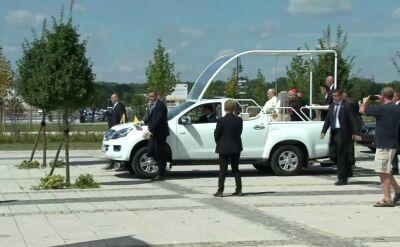 Papież po mszy udaje się do Krakowa papamobile