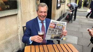 Świętował Brexit przy piwie i papierosie.