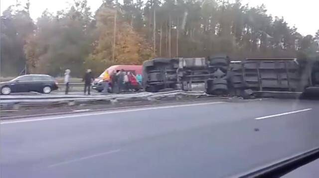 Tir przewrócił się na autostradzie A1. Kierowca nie żyje