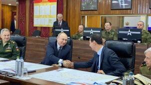 Uścisk dłoni z Baszarem al-Asadem. Władimir Putin wrócił do Syrii