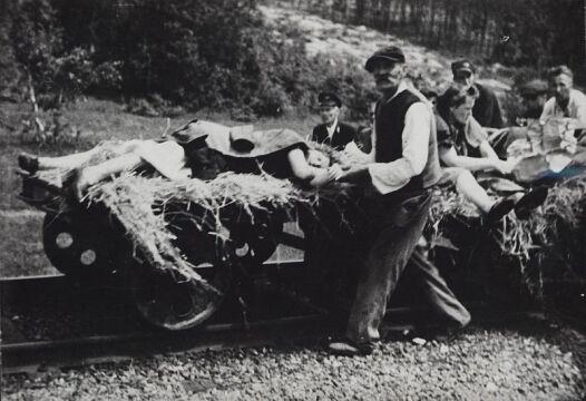Ofiary napadu na pociąg pod Zatylem (ok. Lubyczy Królewskiej) dokonanego 16 czerwca 1944 r. przez UPA. (zb. KARTA)