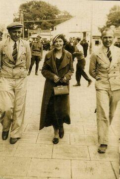 Adolf Filipowicz (z prawej) na ulicy w Porycku, 1939 r. Zbiory Piotra Filipowicza
