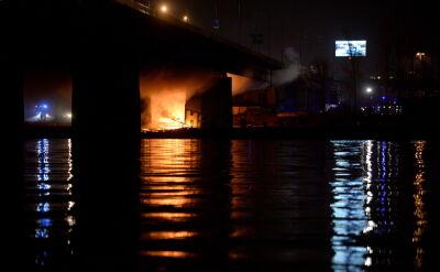 """Płonie most Łazienkowski. Trudna akcja straży. """"Podajemy prądy gaśnicze z łódek"""""""