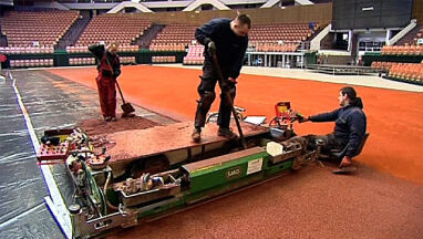 Spodek czeka  na tenisistki.  Mączka rozsypana
