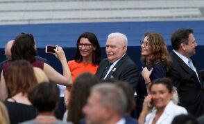 """""""Bardzo szczególnie dziękujemy"""". Szydło się uśmiecha, Wałęsa wstaje"""