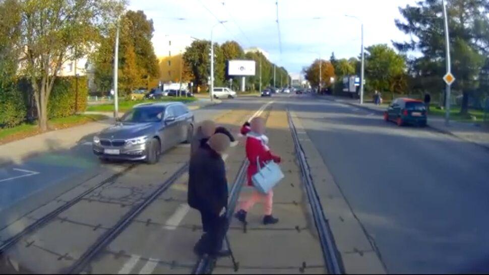 """Szli wprost pod pędzący tramwaj. """"To się kończy na wózku albo cmentarzu"""""""