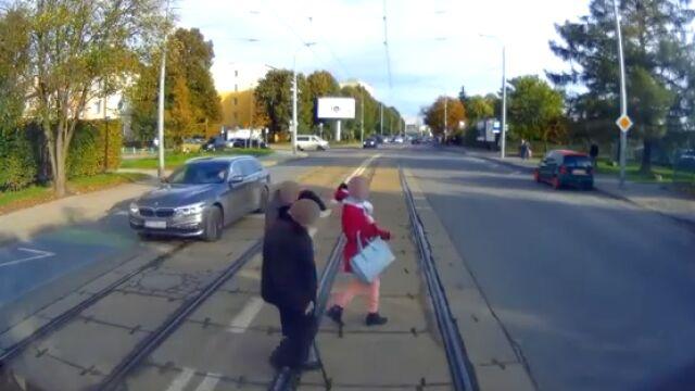 Szli wprost pod pędzący tramwaj.
