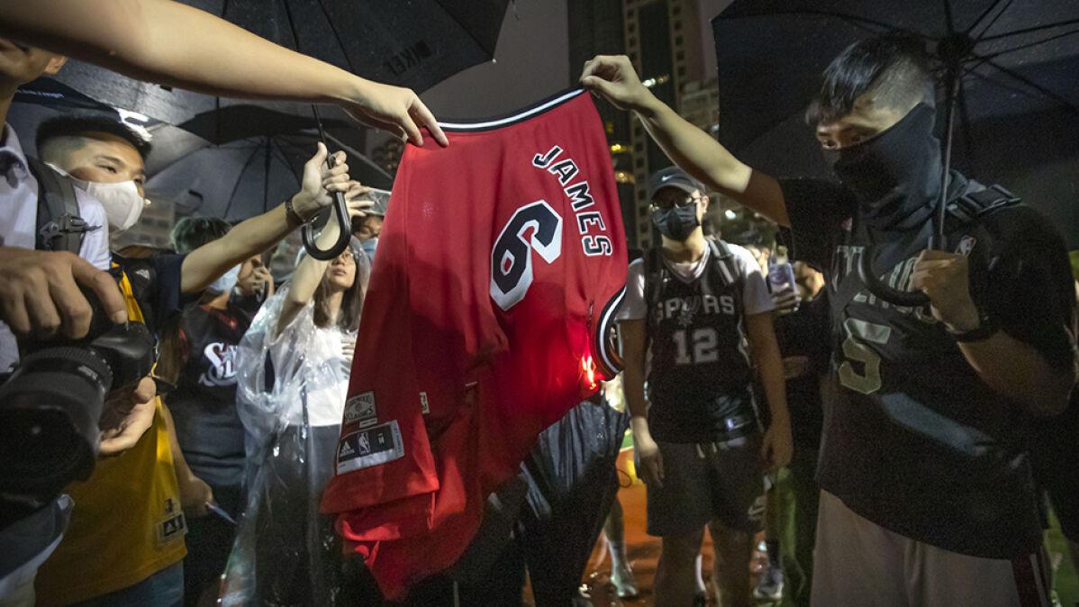 LeBron zabrał głos w sprawie Hongkongu. Protestujący palą teraz jego koszulki