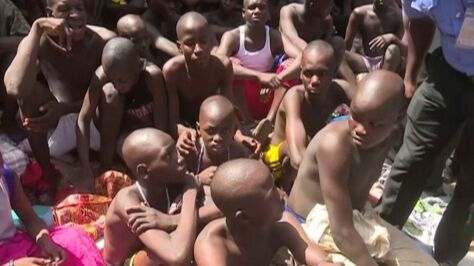 Bici, gwałceni, w kajdanach.  Setki uczniów więzionych w szkole