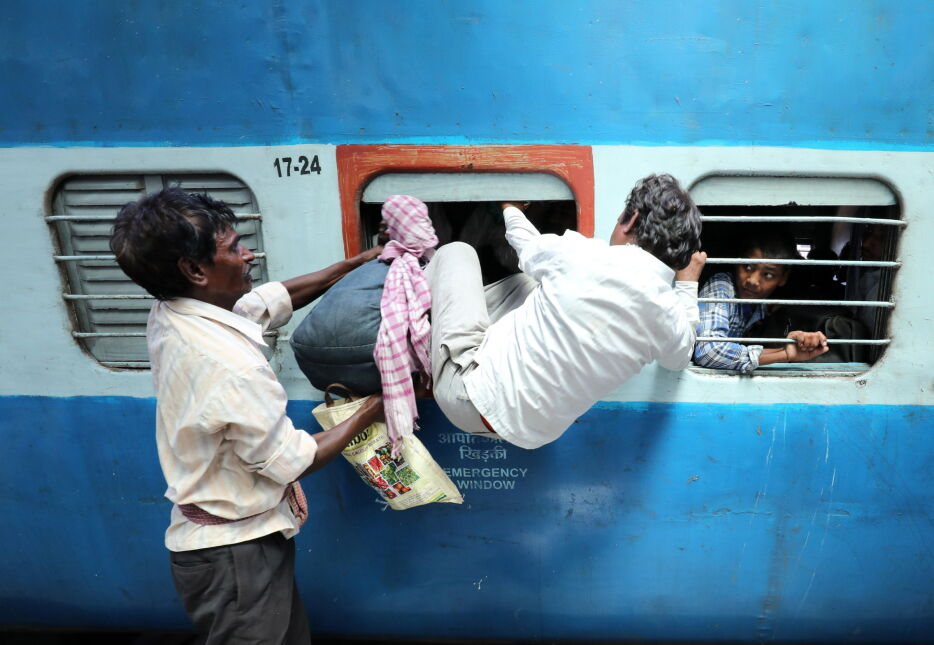 Uciekający z Kaszmiru indyjscy pracownicy w przepełnionym pociągu