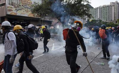 Napastnicy z kijami zaatakowali protestujących w Hongkongu