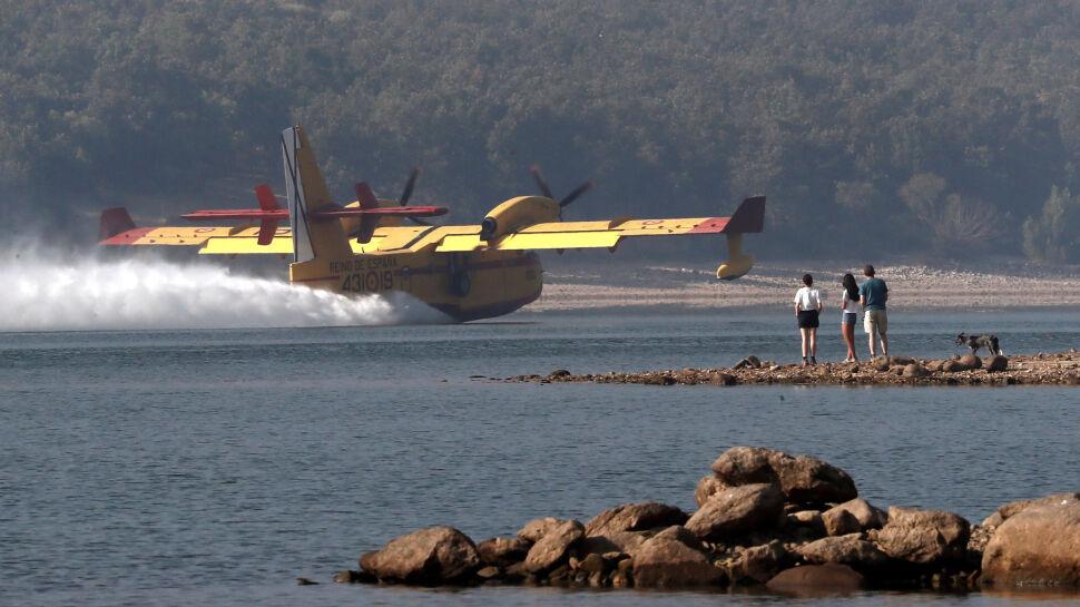 Łódź latająca pobiera wodę ze zbiornika La Pinilla w pobliżu Madrytu