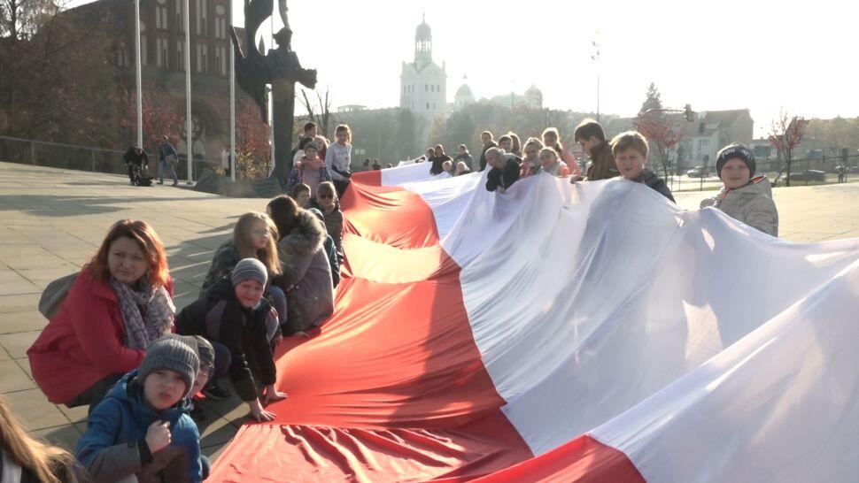 """Dzieci uszyły 250-metrową flagę i przeszły  z nią przez Szczecin. """"Bo kochamy Polskę"""""""