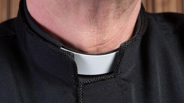 Ksiądz podczas wakacji nad morzem miał molestować dwie nastolatki. Kuria wyraża