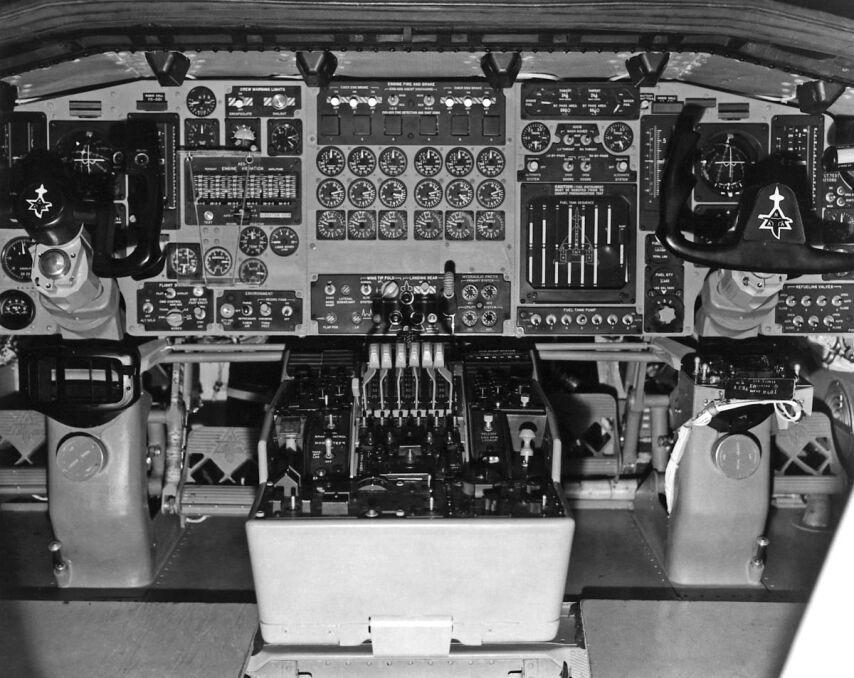 Kokpit XB-70A. Jak na połowę lat 60. był niezwykle nowoczesny. Żeby się katapultować, piloci musieli się cofnąć z fotelem