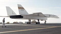 XB-70A na pasie startowym bazy Edwards. Maszyna miała 56 metrów długości i dziewięć wysokości