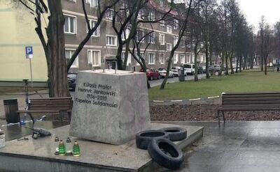 Pomnik księdza Jankowskiego został załadowany na podnośnik