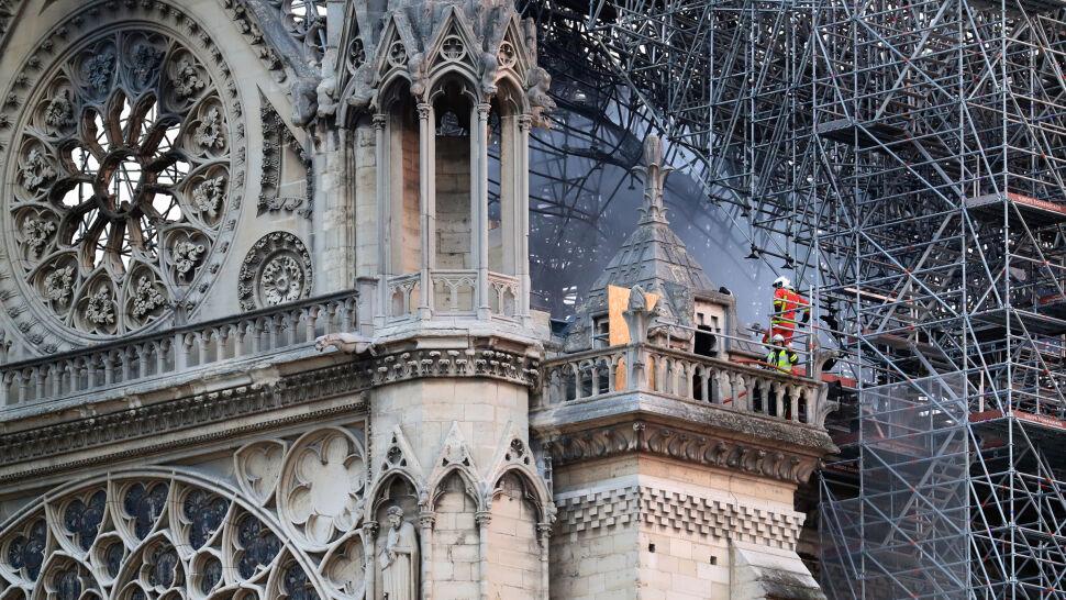Ogień ugaszony. Szukają przyczyny pożaru Notre Dame