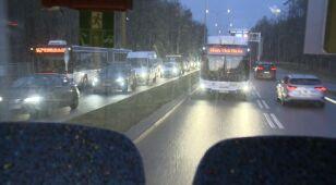 Autobus jedzie pod prąd i tak omija korek