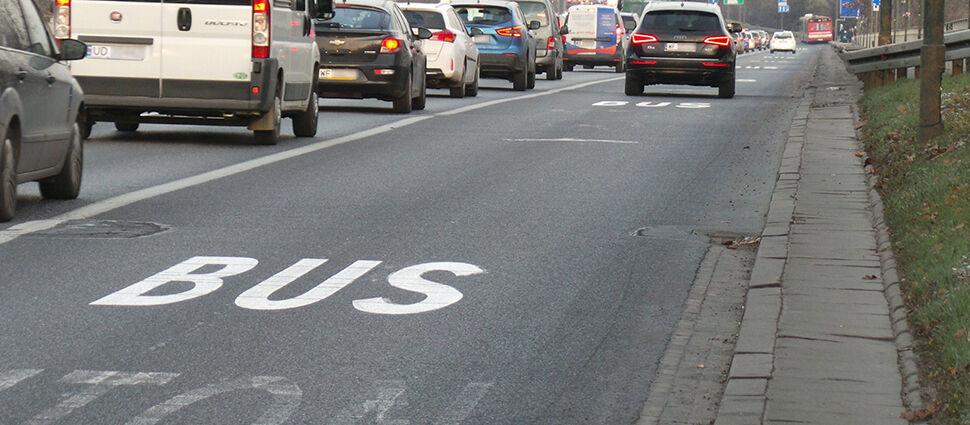 """Premier chce """"kierowców z rodzinami"""" na buspasach. Warszawa ma obawy, inne miasta to przerabiały"""