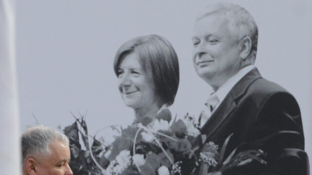 Jarosław Kaczyński składa wieniec przed Pałacem (TVN24)
