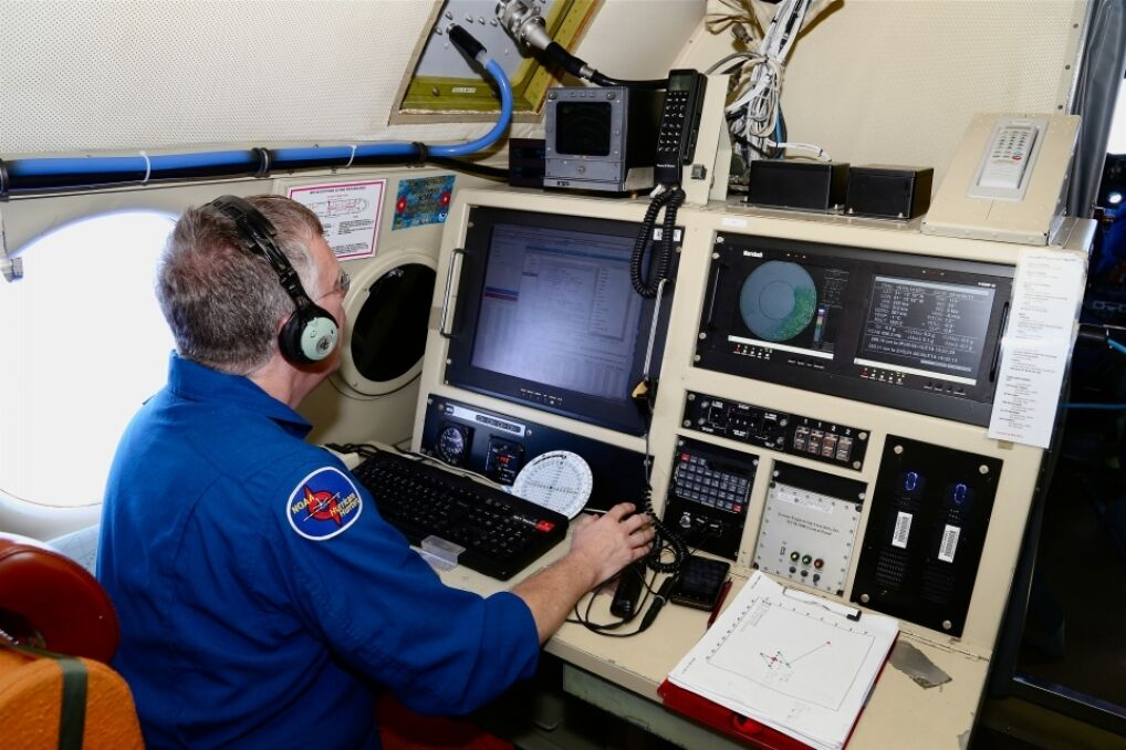 """Jedno ze stanowisk w samolocie """"Łowców Huraganów"""" należących do NOAA"""