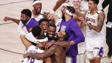 Mistrzowskie pierścienie dla Los Angeles Lakers.