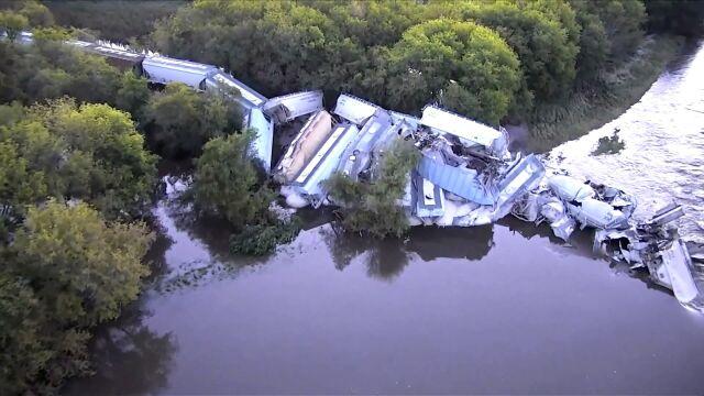Pociąg runął do rzeki. 38 wykolejonych wagonów