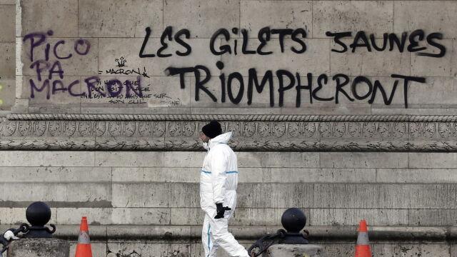 Zniszczony Łuk Triumfalny. Paryż Po największych zamieszkach od lat