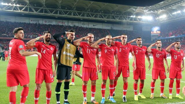 Polityka na piłkarskim stadionie. Turcy salutowali Erdoganowi