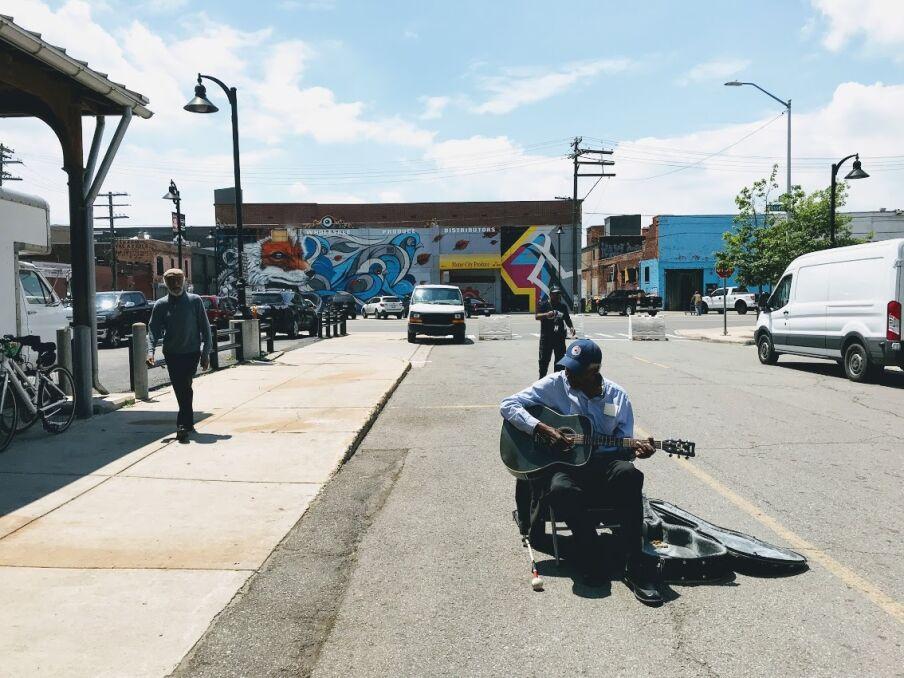Weteran i uliczny grajek na ulicach Detroit, przy Eastern Market