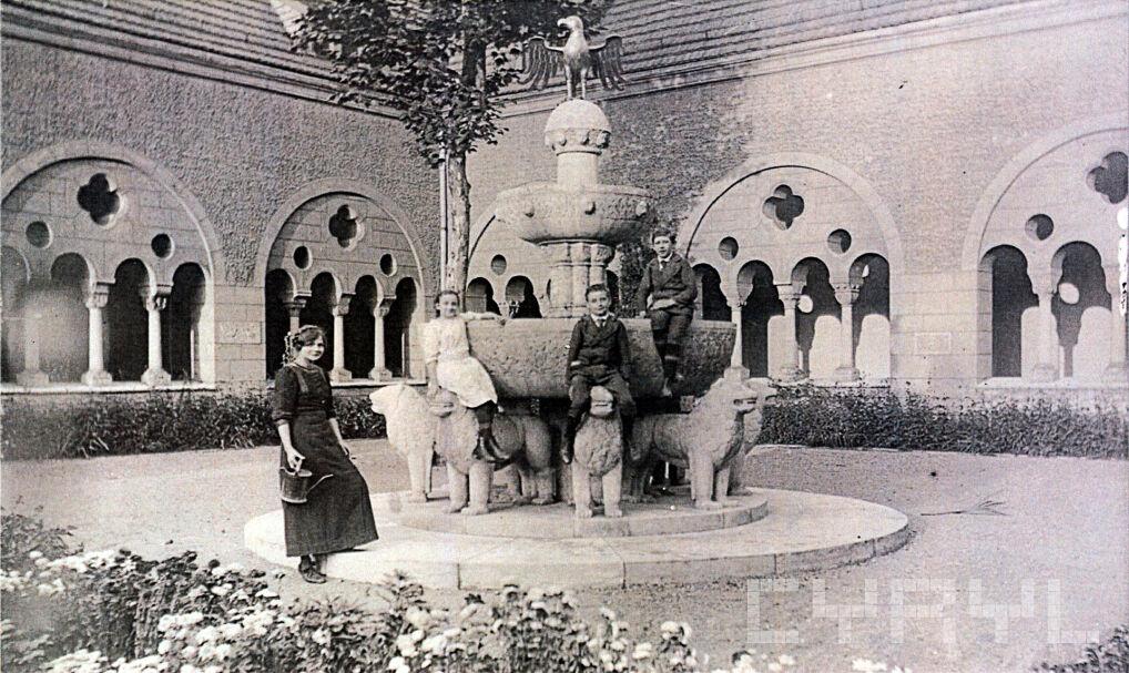 Magazyn przybylski | Dzieci kasztelana Latzela wokół fontanny lwów inspirowanej pałacem Alhambra