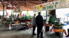 W dniu targowym na Eastern Market można kupić warzywa i owoce wyhodowane w ogrodach miejskich