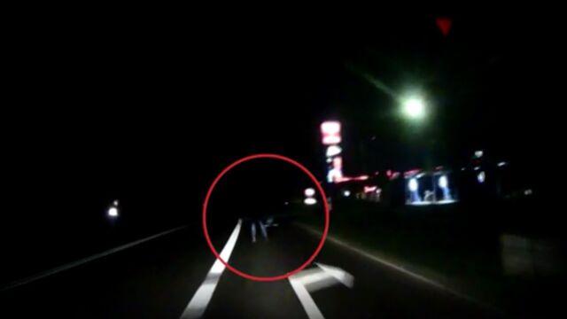 Szedł drogą, nie miał odblasków, potrącił go samochód. Policja pokazuje nagranie