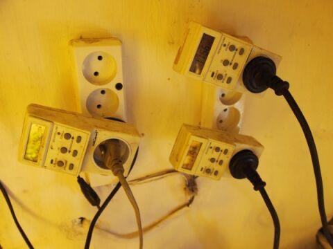 Instalacja elektryczna w pomieszczeniach podłączona była za pomocą programatorów czasowych i sterowników