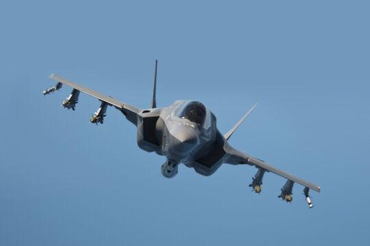 F-35 w wersji C przeznaczonej dla US Navy. Widoczny pod spodem maszyny wystający zasobnik mieści działko. W wersji C i B (pionowy start i lądowanie dla Marines) nie udało się go zmieścić do kadłuba tak jak w klasycznej wersji A, przeznaczonej dla USAF