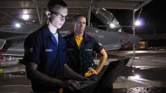 Technicy sprawdzają F-35 przed lotem przy pomocy laptopa. Samolot ma wbudowany system diagnostyczny, który z jednej strony znacznie ułatwia obsługę, ale z drugiej jest bardzo skomplikowany i niesie ryzyko problemów