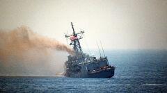 Ciężko uszkodzona fregata USS Stark. Dowódca kazał zatopić część pomieszczeń i wywołać przechył, aby utrzymać na wodą dziury wybite przez irackie rakiety