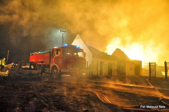 Strażacy ze Zdun przyjechali swoim Jelczem pomóc w akcji gaśniczej