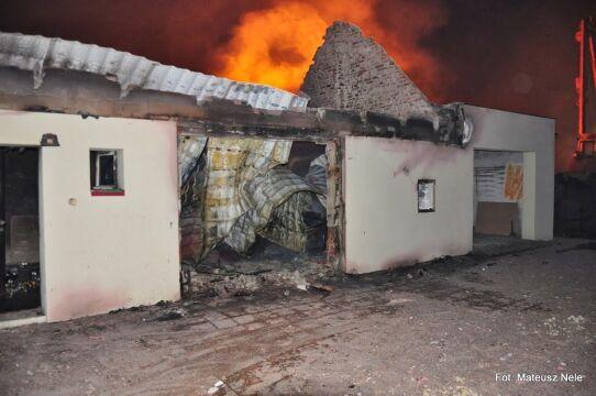 Domy znajdujące się nieco dalej, ogień bardziej oszczędził