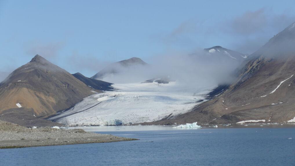 Lodowiec Wibe w fiordzie Hornsund, Spitsbergen zmniejszył swój zasięg i wycofał się na ląd