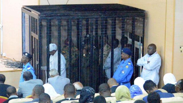 Prawie 30 lat rządził krajem, teraz zamknięty w klatce odpowiada przed sądem