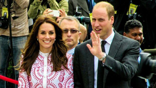 Książę William uniknął błędu brata. Poleciał tanimi liniami
