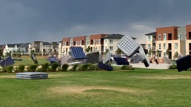 Wiatr porwał dziesiątki materaców