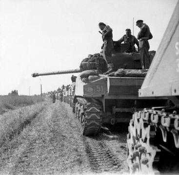 Czołgi 1 Dywizji Pancernej z oznaczeneim PL w Normandii w 1944 roku