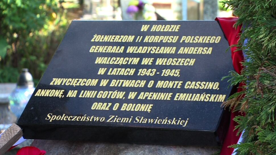 """Oddawali hołd """"zwycięscom"""" z Monte Cassino. Tablica poprawiona """"na koszt kamieniarza"""""""